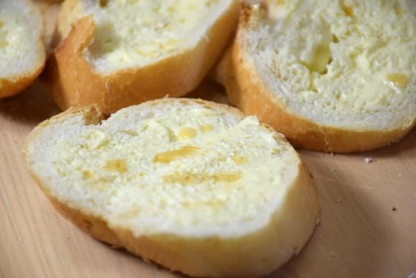 ラスク バターの上にバニラエッセンス