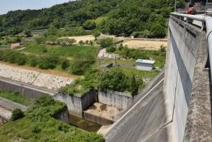 粟地ダムの上から