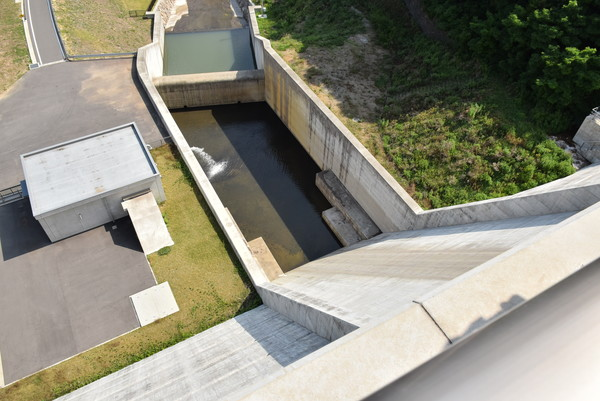 内海ダムを見下ろす
