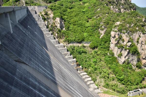 吉田ダムから下を眺める2