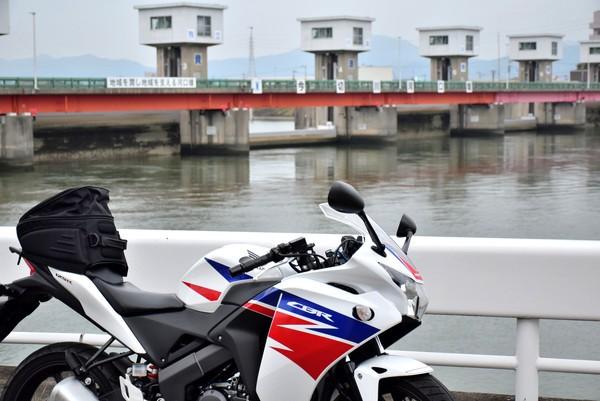 今切川河口堰とバイク