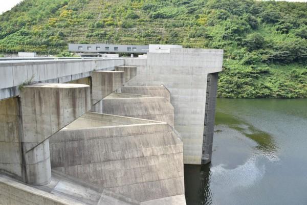 苫田ダム クレストゲート