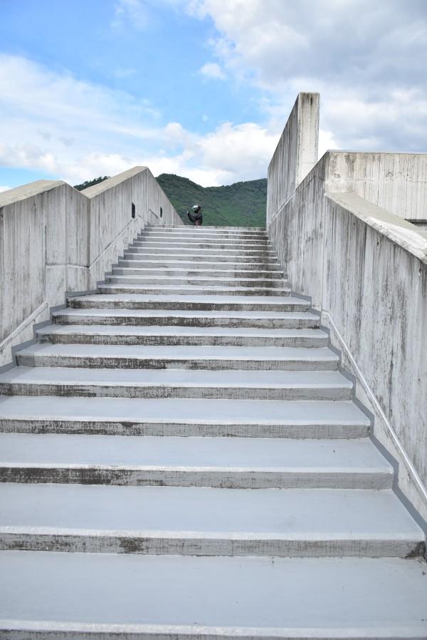 苫田ダム 堤頂