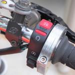 【ハイスロにブレーキが当たる対策】汎用薄型スイッチ(キル&セル)取り付けと配線加工(キタコ)