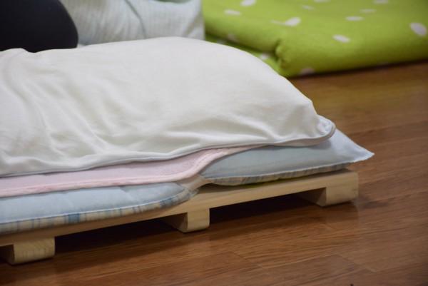 すのこベッドの上に布団