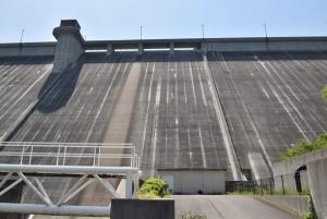 吉田ダムを見上げる2