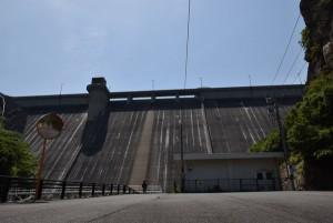 吉田ダムを見上げる4
