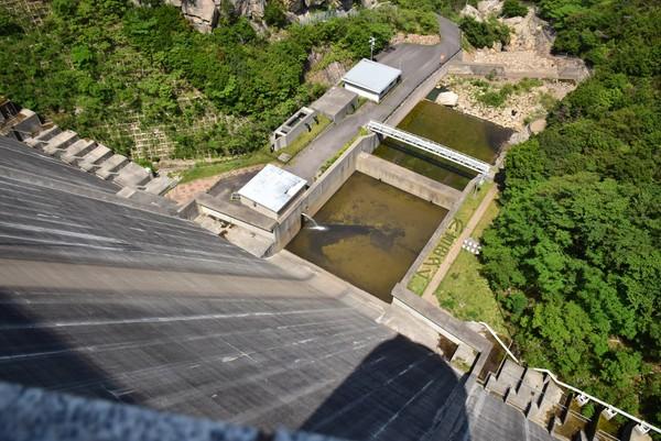 吉田ダムから下を眺める4