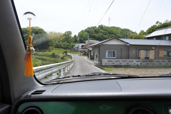 入口の前の道