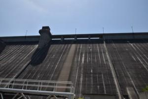 吉田ダムを見上げる