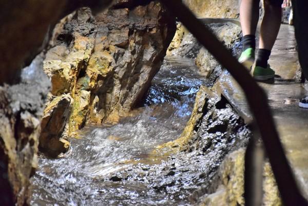 洞窟内部の川