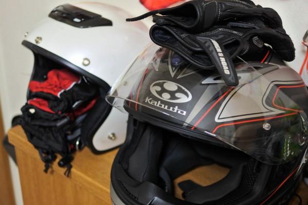 バイク ヘルメットとグローブ
