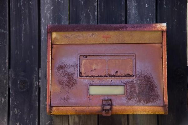 さびた郵便ポスト