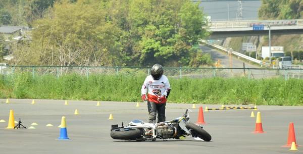 ジムカーナ 転倒 バイク